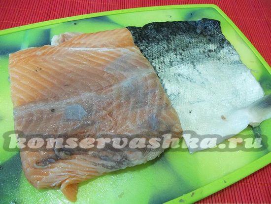 Снимите с рыбы шкурку, отделите филе от хребта и удалите все косточки
