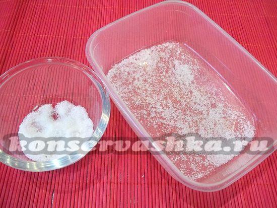 присыпьте емкость солью с сахаром