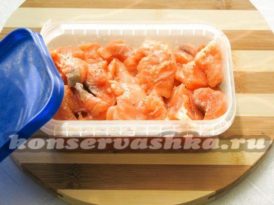 Заполните контейнер рыбой и герметично закройте