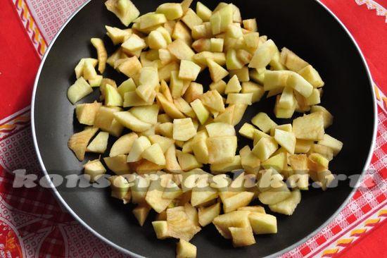 Выложить нарезанные яблоки в сковороду