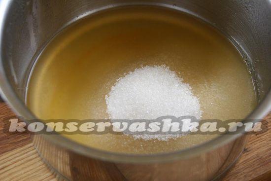 Добавляем к тыквенному соку сахар.