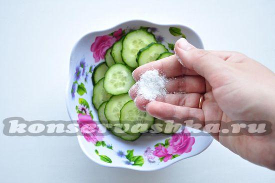 Посыпаем солью, а затем сахаром