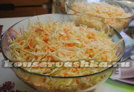 смешать натертую морковь и капусту