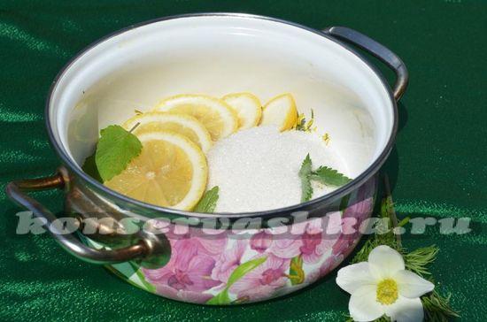 Добавить лимон и сахар