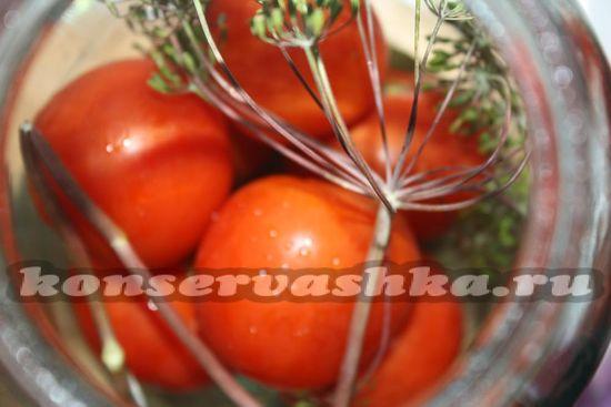 Укладываем аккуратно помидоры в банку