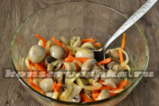 соединить грибы, овощи и маринад