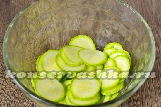 присыпаем солью кабачки