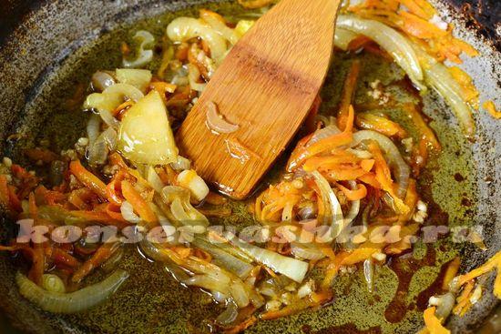 Морковку и лук обжариваем