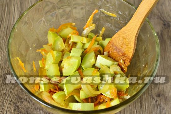 маринад выкладываем в посуду с кабачками и перемешиваем