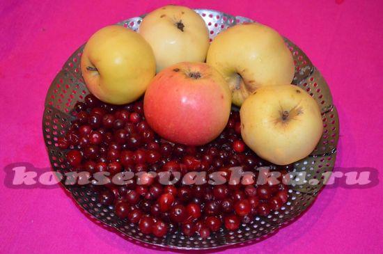 Выбирают спелую тугую клюкву багряного цвета и сочные сладкие яблоки
