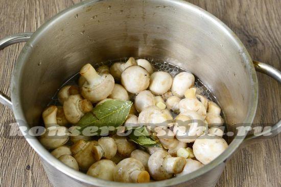 Заливаем полученным составом грибы