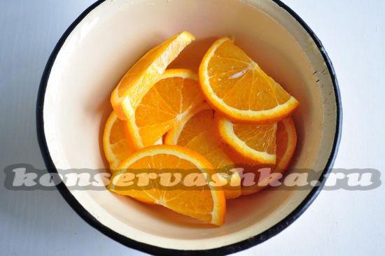 апельсины выложите в глубокую миску