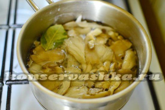 добавляем в маринад грибы и продолжаем варить 20 минут