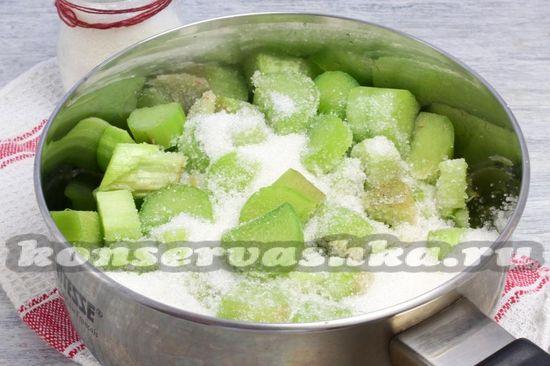 Сложить в ковш и добавить сахар