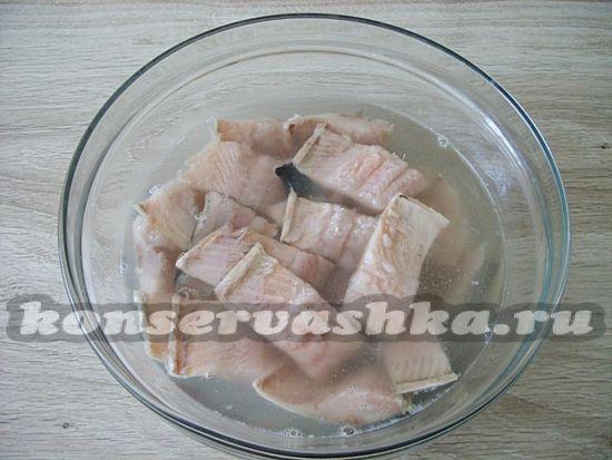 Филе сельди порезать на кусочки и опустить в солевой раствор.