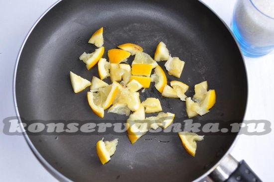 лимон выложить на сковородку