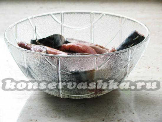 Рыбу очистить и нарезать