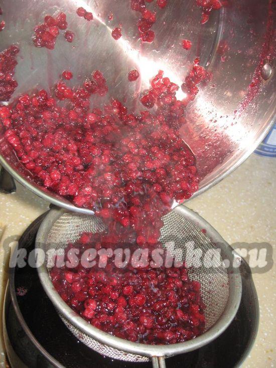 слить жидкость через дуршлаг в другую посуду