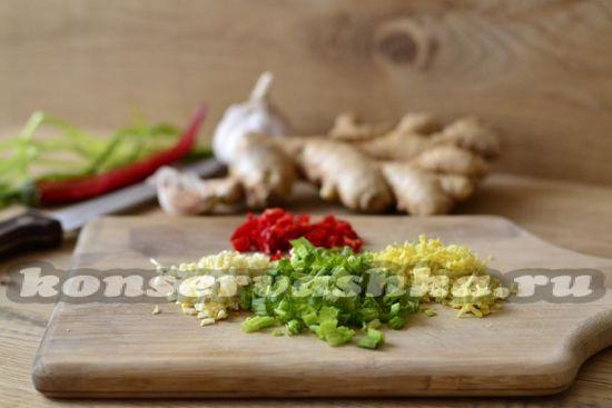 имбирь, перец и лук нарезать мелко