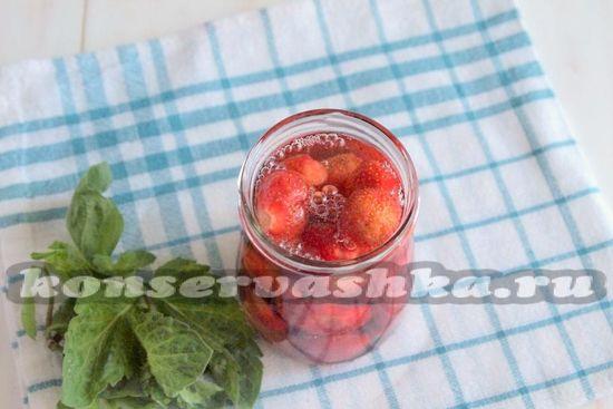 Залить сиропом клубнику