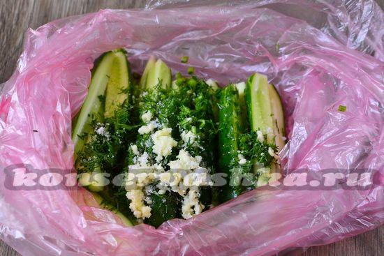 добавить чеснок, соль и зелень