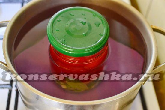Наливаем маринад в банки с томатами и стерилизуем томаты