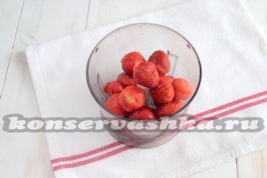Выкладываем в чашу кухонного блендера очищенные ягоды