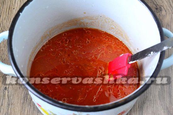 вливаем томатный сок, подсолнечное масло, уксус, томатную пасту, специи