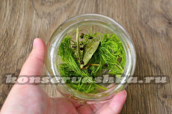 уложить в банку травы