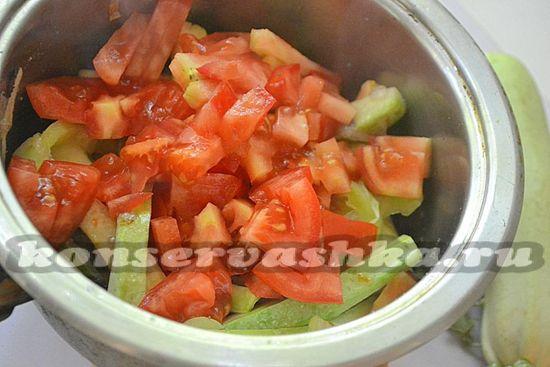 Добавьте к овощам помидоры, соль, сахар, уксус, специи по вкусу и тушите 20 минут на небольшом огне
