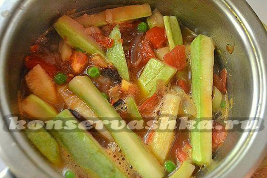 овощной салат на зиму разложите по баночкам и герметично закупорьте