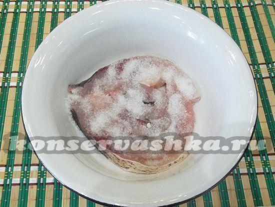 Присыпьте толстолобика смесью из соли и сахара.