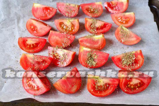 Раскладываем томаты мякотью вверх