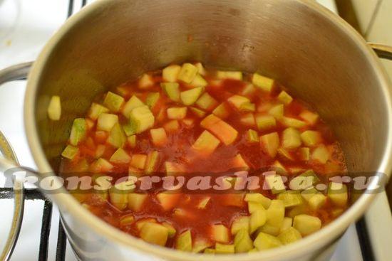 добавляем в кабачки томатный  соус