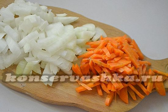 Лук нарезайте кубиками, а морковку тонкими полосками
