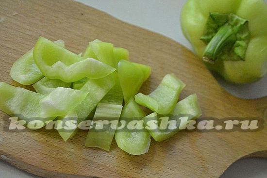 Сладкий перец очищайте от семян  нарезайте кубиками средней величины