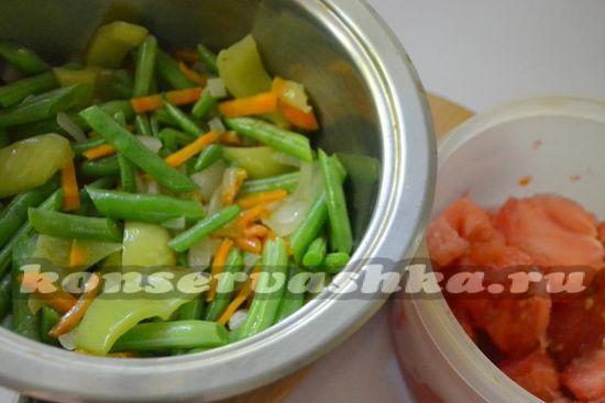 добавьте помидоры к овощам, посолите