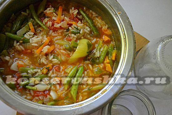 разложите салат с рисом и фасолью по чистым банкам