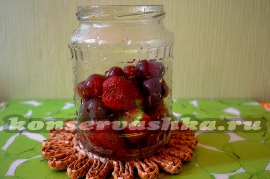 заполнить банку ягодами