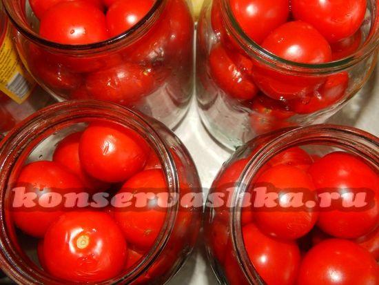 максимально плотно набиваем банки помидорами