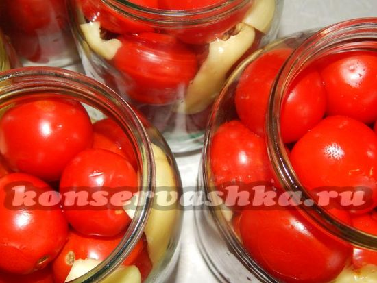 По бокам от помидоров помещаем дольки перца,