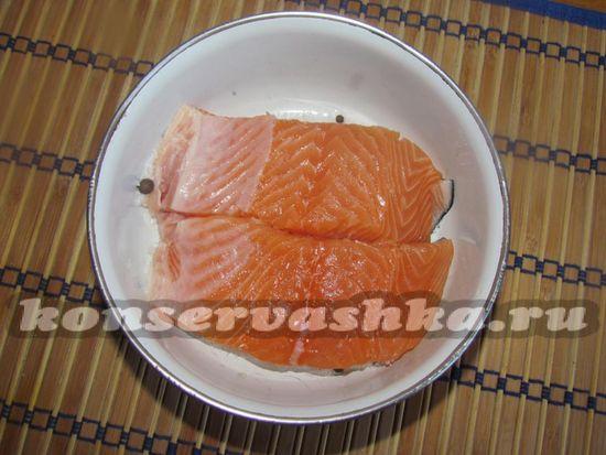 Насыпьте на дно половину смеси из соли и сахара и уложите рыбу