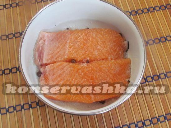 Присыпьте рыбу остатками соли с сахаром и перцем