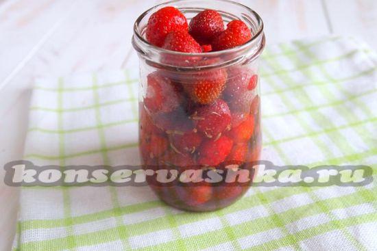 Ждем 5-6 часов, пока ягоды не пустят сок