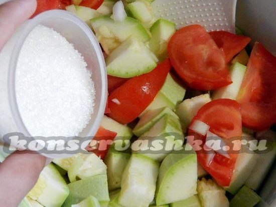 овощи смешать, добавить специи и поставить на огонь