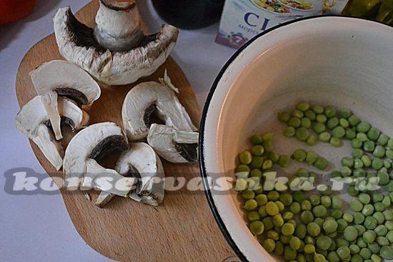 очистить молодой зелёный горошек и шампиньоны и отварить