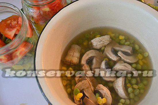 разложите горошек, кукурузу и грибы
