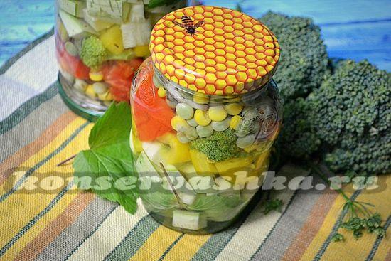 Наливайте кипящий маринад в баночки и отправляйте овощное ассорти стерилизоваться 15 минут.