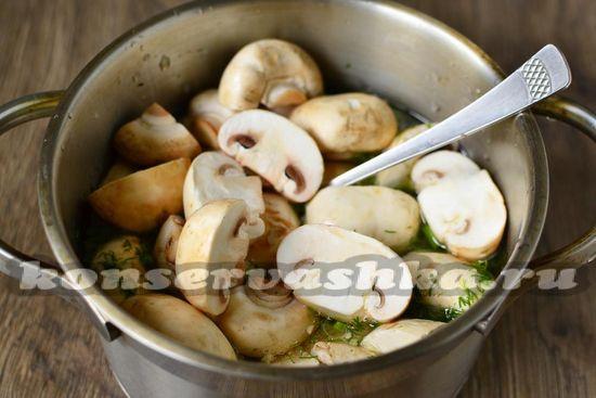 добавляем в кастрюлю нарезанные грибы