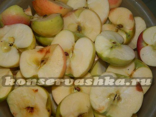 яблоки разрезаем на две половинки